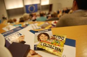 Charlotte Antonsen deler tyske vingummiflæsk ud under valgkampen.