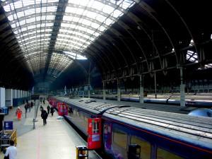 Johannes Lebech (R) tager toget rundt i Europa, men en rejse over internettet er også udmærket.
