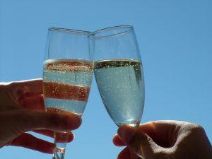 Hvad gør man efter at have holdt kritikere væk fra indflydelse? Drikker champagne!