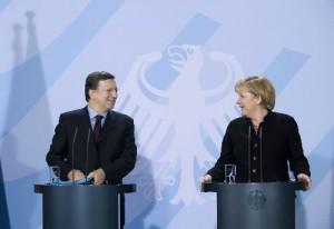 Barroso (tv) står på god fod med EU-landene, eksempelvis bundeskansler Angela Merkel (th), men mangler opbakning blandt EU-parlamentarikerne. (Foto: EU-Kommissionen)